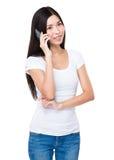 Causerie de femme au téléphone portable photo libre de droits