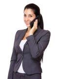 Causerie de femme d'affaires au téléphone portable Images libres de droits