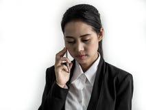 Causerie de femme d'affaires sur s'inquiéter de téléphone portable et de regard photographie stock libre de droits