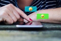 causerie de femme utilisant l'emoji photos stock