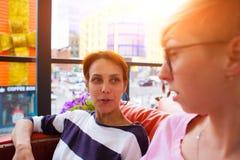 Causerie de filles dans un café Photos libres de droits