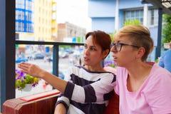 Causerie de filles dans un café Photos stock