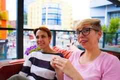 Causerie de filles dans un café Photographie stock libre de droits