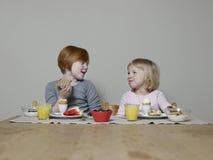 Causerie de soeurs tout en mangeant le petit déjeuner Photos libres de droits