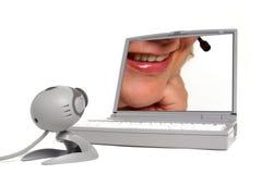 Causerie de Web avec le visage de femme sur l'écran d'ordinateur   images libres de droits