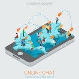 Causerie en ligne à plat isométrique : réseaux de carte du monde de smartphone Photos libres de droits