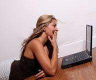 Causerie en ligne de femme Photos libres de droits