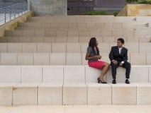 Causerie ethnique de couples Photos stock