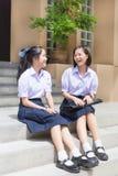 Causerie heureuse d'écolières de couples élevés thaïlandais asiatiques mignons d'étudiante Photos stock