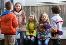 Causerie junior d'enfants extérieure Image libre de droits