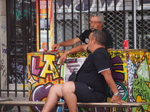 Causerie pluse âgé de deux hommes Photos stock