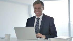 Causerie visuelle en ligne par l'homme d'affaires banque de vidéos
