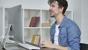 Causerie visuelle en ligne par l'intermédiaire de bureau par le jeune concepteur créatif banque de vidéos