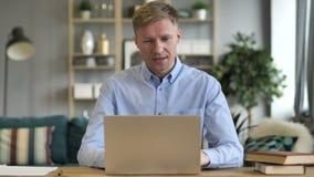 Causerie visuelle en ligne sur l'ordinateur portable au travail clips vidéos