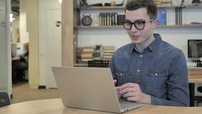 Causerie visuelle en ligne sur l'ordinateur portable au travail banque de vidéos