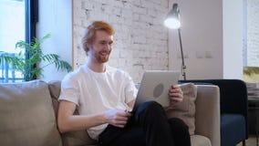 Causerie visuelle en ligne sur l'ordinateur portable par le concepteur occasionnel dans le bureau clips vidéos