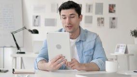 Causerie visuelle en ligne sur la Tablette par l'homme d'affaires banque de vidéos