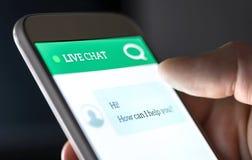 Causerie vivante de service et support de clientèle avec le chatbot et l'employé de message ou humain automatique Aide et aide av photos libres de droits
