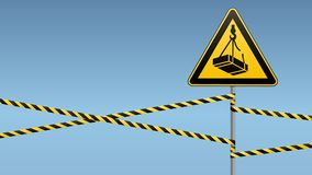 Cautela - caduta di maggio del pericolo dall'altezza del carico Segnaletica di sicurezza segno triangolare sul palo del metallo c Fotografia Stock