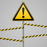 Cautela - sicurezza del segnale di pericolo Un triangolo giallo con l'immagine nera Sopra il palo ed i nastri proteggenti Vettore royalty illustrazione gratis