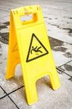 Caution blöter däckar undertecknar Arkivfoto