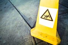 Caution blöter däckar undertecknar Arkivbild