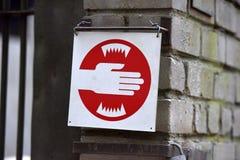 cautionary på zoo, rekommenderas det för att inte klibba dina händer i buren Royaltyfri Foto