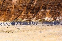 Cava dell'argilla con le tracce del secchio dell'escavatore Fotografia Stock