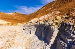 Cava dell'argilla con le tracce del secchio dell'escavatore Fotografia Stock Libera da Diritti
