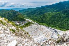 Cava di ghiaia nelle montagne di estate Fotografia Stock