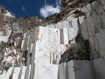 Cava di marmo bianca in Di Carrara del porticciolo Immagine Stock