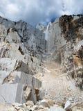 Cava di marmo bianca in Di Carrara del porticciolo Fotografia Stock