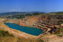 Cava di roccia sul posto del lago Fotografie Stock Libere da Diritti