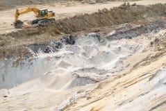 Cava industriale della sabbia, escavatore alla sabbionaia durante gli impianti, fondo Immagine Stock Libera da Diritti