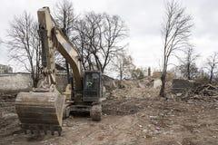 Cavador amarillo enorme de la pala en sitio de demolición Fotografía de archivo libre de regalías
