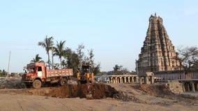 Cavador en el pueblo indio bien conocido para su templo Virupaksha almacen de metraje de vídeo