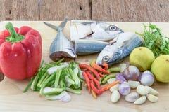Cavala dos peixes na placa de corte da ardósia Fotos de Stock Royalty Free