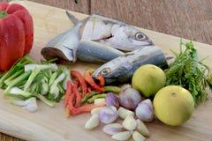 Cavala dos peixes na placa de corte da ardósia Fotografia de Stock Royalty Free