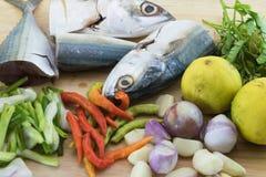 Cavala dos peixes na placa de corte da ardósia Imagens de Stock
