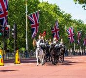 A cavalaria do agregado familiar anda ao longo da alameda em Londres, Inglaterra Fotos de Stock