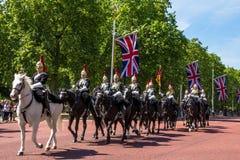 A cavalaria do agregado familiar anda ao longo da alameda em Londres, Inglaterra Imagens de Stock Royalty Free