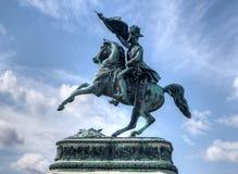 A cavalaria do cavaleiro da estátua embandeira Fotos de Stock Royalty Free