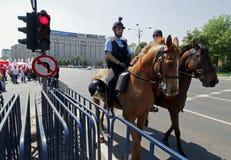 A cavalaria do Gendarmerie patrulha em Bucareste imagem de stock