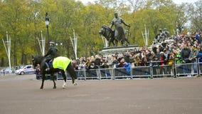 Cavalaria metropolitana da polícia dos membros no dever em protetores de cavalo em Londres vídeos de arquivo