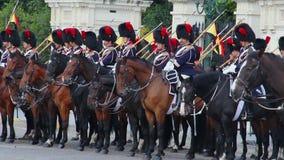 Cavalaria uniforme tradicional de Bélgica em cavaleiros reais do cavalo da parada filme