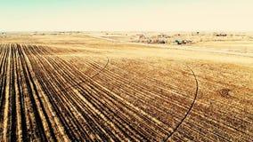 Cavalcavia aerea del campo di recente lavorato in Colorado stock footage