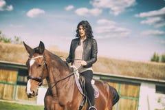 Cavaleiro bonito da mulher fotografia de stock royalty free