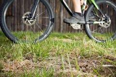 Cavaleiro da bicicleta de Backcountry, foco na grama Foto de Stock