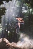 Cavaleiro da bicicleta de Bmx na floresta Imagens de Stock