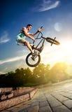 Cavaleiro da bicicleta de Bmx nos destaques Foto de Stock